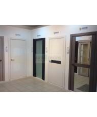 Фото установленной Двери Статус 422 Ясень стекло Лакобель бежевое