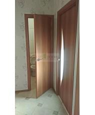 Фото установленной Двери Верда С-17 Итальянский орех Стекло Сатинато с фьюзингом квадрат